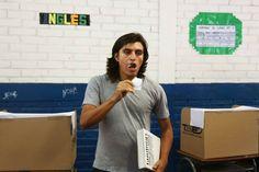 Víctor Hugo Rodriguez demuestra su inconformidad en la segunda vuelta de las elecciones a presidente en El Salvador ¡comiéndose su voto!. En la siguiente galería se observan las formas en que el votante muestra su inconformidad hacia los políticos. (Foto: ElFaro)