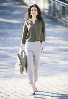 Chic Work Outfit Ideas For Women Over 30 To Try Asap - Work Outfits Women - Work Outfits Work Fashion, Fashion Pants, Fashion Outfits, Womens Fashion, Petite Fashion, Casual Work Outfits, Work Attire, Professional Outfits, Uniqlo Women Outfit