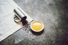 Übrigens, das ist unser kaltgepresstes Rapsöl :) Kaltgepresstes Rapsöl wird schonend aus Rapssamen gewonnen. Bekannt ist es in erster Linie durch seinen erdigen würzigen Geschmack und daher aus der heimischen Küche nicht mehr wegzudenken. Das kaltgepresste Rapsöl eignet sich hervorragend zum Marinieren von kalten Speisen bzw. Salaten wie zb. Kartoffelsalat, Karottensalat oder dunkle Blattsalate wie Vogerlsalat. Pesto, Coffee Maker, Kitchen Appliances, Leafy Salad, Potato Salad, Vinegar, Coffee Maker Machine, Diy Kitchen Appliances, Coffee Percolator