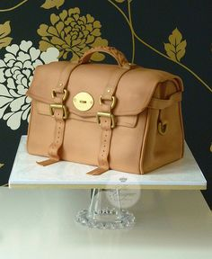 Mulberry handbag cake - cant believe this is a cake! it looks so real! Girly Cakes, Fancy Cakes, Luggage Cake, Handbag Cakes, Purse Cakes, Sculpted Cakes, Fashion Cakes, Novelty Cakes, Piece Of Cakes