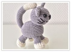 Anleitung zum Häkeln einer Katze auch Amigurumi mit Schritt für Schritt Beschreibung und vielen Bildern zum direkten Download.