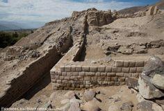 """Visite Paredones, representante del encuentro de dos culturas en Ica.  En la ladera de unos cerros pequeños muy cerca a la ciudad de Nazca, en el departamento de Ica, existe un interesante resto arquitectónico con una dimensión de 2 kilómetros de largo por 80 metros de ancho, al cual se le ha denominado """"Paredones"""", aunque según arqueólogos, su nombre primogénito y de origen incaico fue """"Caxamarca""""."""
