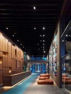 Office Tour: Motel One Headquarters – Munich - Empfang Reception Counter Design, Office Reception Area, Reception Areas, Hotel Interiors, Office Interiors, Interior Office, Motel One, Workplace Design, Corporate Design