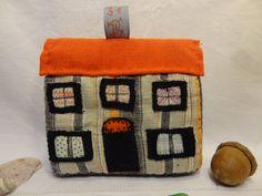 Jouet ou décoration, une petite maison en textiles brodés. de la boutique lafabriquedeCadot sur Etsy