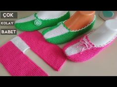 Again, very easy to do and a great posture, the middle-stripe super-easy booties model you look like you. Loom Crochet, Crochet Socks, Booties Crochet, Loom Knitting, Knitting Socks, Baby Knitting, Knit Slippers Free Pattern, Knitted Slippers, Baby Girl Crochet