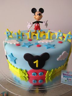 La casa de Mickey Mouse en fondant o pastillaje, un delicado trabajo para celebrar el cumpleaños de los más pequeños. Contactos 3134471900 3156245146 #VainillaMaravilla #Bucaramanga #Cumpleaños #MickeyMouse #Pastillaje