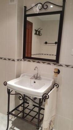 Bathroom Sink Vanity Units, Bathroom Table, Bathroom Hacks, Small Bathroom, Wrought Iron Decor, Iron Wall Decor, Iron Furniture, Steel Furniture, Bathroom Design Luxury