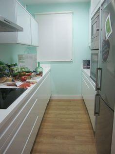 Cocina_moderna_con_dos_frentes_de_muebles_en_paralelo_en_blanco_y_acero