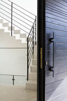 Lev-Gargir Architects / modern residential house / front door