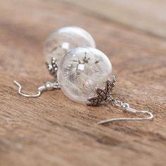 Ohrhänger mit Pusteblumen und Glaskugeln. Die Perlkappen wurden mit Schmuckkleber auf die Glaskugel geklebt.