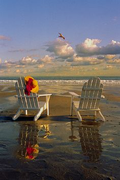 I love this Adirondack chairs in the beach! I just love the ocean and the beach! Playa Beach, Ocean Beach, Beach Art, Ocean Pics, Beach Room, Nature Beach, I Love The Beach, Nice Beach, Romantic Beach