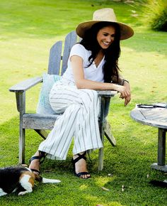 8/27/2020 - This week, Megan climbed into a pair of £200 trousers teamed with £500 vegan leather sandals and topped off with a £300 straw sun hat to usher 86-year-old feminist icon Gloria Steinem into a deckchair and have a simple ol' 'backyard chat Gloria Steinem, Kate And Meghan, Prince Harry And Meghan, Royal Fashion, Star Fashion, Markle Prince Harry, Sussex, Meghan Markle Style, British Royal Families