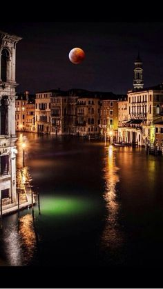 MOON over Venice _____________________________ Reposted by Dr. Veronica Lee, DNP (Depew/Buffalo, NY, US)