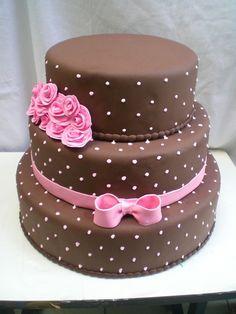 bolo marrom com laço e rosas.
