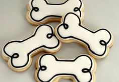 Dog bone shaped cookies for your dog loving wedding party guests. Why not make some doggy treats too for their four-legged pals. Cat Cookies, Cookies Et Biscuits, Cupcake Cookies, Sugar Cookies, Dog Cupcakes, Cookies Kids, Dog Biscuits, Bolo Snoopy, Snoopy Cake