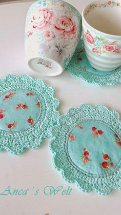Anca´s Welt: Greengate,Marmelade,und…… - Mache El Selbst - Do it Your Own - 2018 Anca´s Welt - need to get me a piercing hook! Crochet/Fabric Coasters via AncasWelt Adaptando um ótimo jogo americano - fabric and crochet coasters by Anca Die Welt vo Crochet Diy, Crochet Kawaii, Crochet Fabric, Crochet Quilt, Crochet Home, Love Crochet, Crochet Gifts, Crochet Doilies, Crochet Coaster