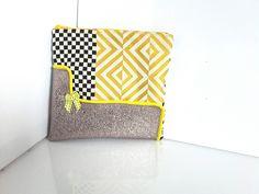 trousse, pochette maquillage ou toilette en simili cuir doré et tissu patchwork jaune et bleu : Trousses par doudous-mad-in-toudou