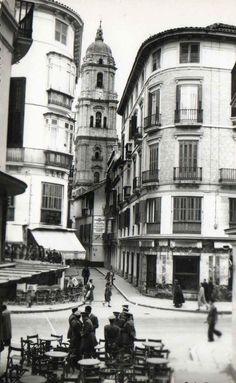 #Málaga.Cruce de Calle Larios con la Calle de Moreno Monroy. Años 40 Vintage Architecture, Costa, Madrid, Street View, Places, Wallpapers, Dreams, Andalusia Spain, Old Pictures