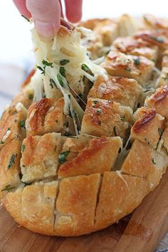 20 Easy Comfort Food Recipes To Feed Your Soul Cheesy Garlic Herb Crack Bread is the perfect holiday Crack Bread, Pan Relleno, Food Porn, Cheesy Garlic Bread, Def Not, Garlic Recipes, Snacks, Appetizer Recipes, Appetizers