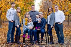 "Large family photos-What to wear for family photoshoots {the ""three colors + POP"" rule) Large Family Photos, Fall Family Photos, Family Pics, Big Family, Extended Family Pictures, Large Family Portraits, Picture Poses, Photo Poses, Photo Shoots"