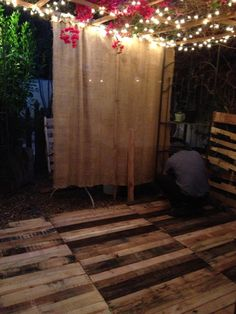 idea for al fresco dining room. Pallet floor deck on the side of our home sits under a lighted trellis. Submitted by: Nancy Michaels ! 1001 Pallets, Recycled Pallets, Wooden Pallets, Recycled Wood, Diy Pallet Projects, Outdoor Projects, Pallet Ideas, Pallet Decking, Outdoor Pallet