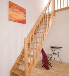 Massivholz Spartreppe, geradläufig, zum Beispiel aus Massivholz Fichte 27 mm natur versiegelt, Stufen einstellbar verschraubt, dadurch exakt an die Geschosshöhe anzupassen.