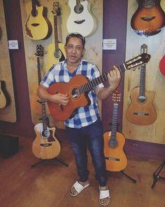 > #LazaroCuevas y su exclusiva colección de #guitarras