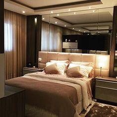 Belíssimo quarto de casal para inspirar quem deseja um ambiente aconchegante e iluminado    Confira mais dicas de Casa & Decoração em nosso site: portaltrends.com.br [link no perfil]   Foto: Reprodução/Pinterest