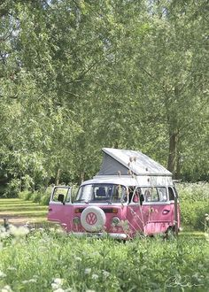 ~ sweet ~ Pink Volkswagen Camper Bus, this is what I'm going to use for my roadtrip in America with friends! Transporteur Volkswagen, Volkswagen Transporter, Vw T1, Volkswagen Models, Wolkswagen Van, Van Vw, Glamping, Vw Camping, Combi Ww