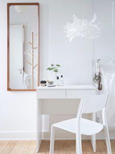 Smarta lösningar underlättar i vardagslivet och förenklar dina morgonrutiner. BRIMNES toalettbord, KRUSNING taklampa, JANINGE stol.
