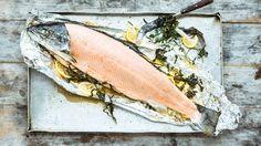 Ein ganzer Lachs ist für eine große Tischgesellschaft bisweilen das Beste. Der sollte immer in Alufolie im Ofen gegart werden.