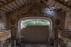 Abandoned theatre -this pic is surreal Old Abandoned Buildings, Abandoned Places, Time And Tide, Ghost Towns, Old Houses, Urban Decay, Rust, Theatre, Beautiful Places