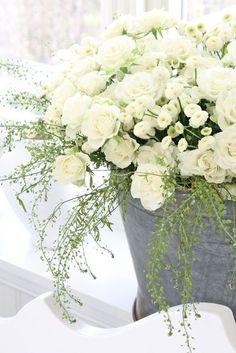 witte bloemen met grijze potten voor het onderdeel 'versiering'