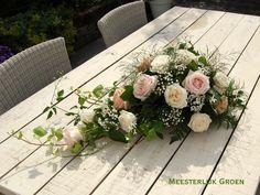 Bruidsdecoratie - autostuk in druppelvorm met rozen in pastel tinten (zacht roze, peach, crème), wit gipskruid, jasmijn ranken en hedera ranken. www.meesterlijkgroen.nl