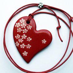 Pendentif coeur rouge porcelaine et petites fleurs, modèle unique fait main par Claudia Ladrière Créations