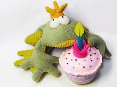 FREE felt cup cake pattern - Happy Birthday