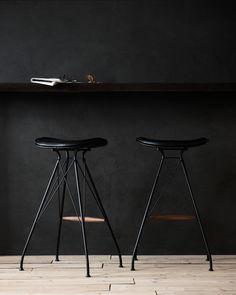 Mat black finish / Elegance black leather / Walnut wood