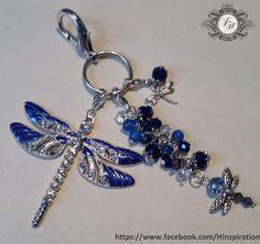 Großer Taschen- oder Schlüsselanhänger mit blauen Libellen.