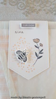 """Heute zeige ich Euch meine kleinen Basteltüten, die ich in den letzten Tagen an liebe Menschen verteilt habe. Inhalt ist ein Kartenbausatz! Ich habe mir ein Kartendesign ausgedacht und das Material in den Tütchen zusammengestellt. Jeder hat die Möglichkeit eine Karte nach seinen eigenen kreativen Vorstellungen fertig zu basteln.Für die Karte und auch die Deko der Tüte habe ich mich dem Produktpaket ,,Honey Bee"""" bedient! Workshop, Material, Tableware, Fiction, People, Love, Cards, Creative, Deco"""