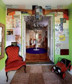 A entrada da casa da chef de cozinha Danielle Dahoui é assim, toda colorida. Na parede pintada de verde, ela colou retalhos de papéis de parede da extinta Garimpo+Fuxique