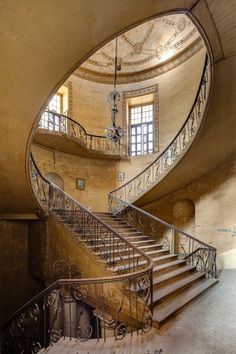 Staircase of the abandoned British Residency in Hyderabad, India. I love this kind of architecture! Beautiful Architecture, Beautiful Buildings, Architecture Design, Beautiful Places, Beautiful Stairs, Building Architecture, Romantic Places, Classical Architecture, Old Buildings