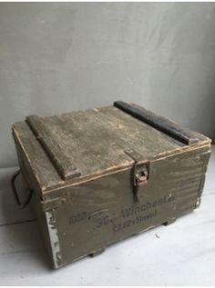 Cette ancienne caisse à munitions a un cachet fou : inscriptions d'origine, grosses poignées métalliques, fermeture à levier et couleur patinée inimitable !!!  Elle peut facilement être détournée comme rangement dans un esprit militaire ! L. 35cm   l. 31cm   H. 20cm