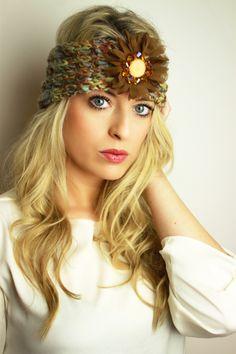 Gestricktes Stirnband mit Perlen und Blüte www.petit-fours.com 34,90 € #stirnband #perlen #gestrickt #blüte