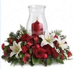 Arreglo navide o elaborado con tubos de cart n cortados y - Centros florales navidenos ...