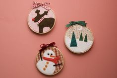 The usefulness of wooden racks is to keep the fabric taut when we embroider, but for some time they have also been used as decorative elements and we can Christmas Ornaments To Make, Xmas, Make Your Own, Make It Yourself, Wooden Rack, Ideas Geniales, Three Little, Christmas Is Coming, Easy Drawings