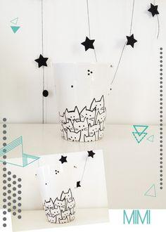 """Mug blanc en porcelaine, décoré de motifs """"petits chats"""" de couleur noirs  * Hauteur du mug: 10 cm, diamètre de 8 cm. * Possibilité d'autres couleurs pour les motifs * Autr - 5561703"""