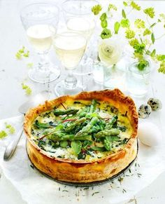Cheese pie with asparagus on top / Underbar ostpaj med sparris Veggie Recipes, Vegetarian Recipes, Cooking Recipes, Healthy Recipes, I Love Food, Good Food, Yummy Food, Swedish Recipes, Quiches