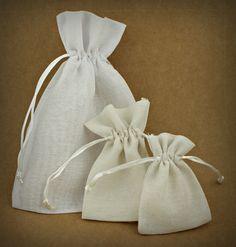 12 X SAQUINHOS PEQ. ALGODÃO   5 CORES   7,5X10 CM ou 12 X SAQUINHOS EM ALGODÃO   6 CORES   10X12,5 CM ou 6 X SACOS EM ALGODÃO   6 CORES   15X23 CM   Utilize estes saquinhos como embalagem para doces ou encha-os de flores secas e transforme-os em bolsinhas de cheiro   Cores Disponíveis: Branco, Bege, Amarelo, Amarelo Torrado, Laranja, Rosa Claro, Azul Claro, Vermelho.