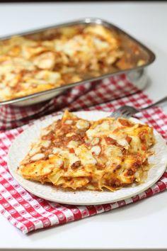 Le lasagne al ragù, il piatto dell'eccellenza della domenica! Strati di lasagne rigorosamente fresche, ragù e besciamella. Le lasagne conosciute e apprezzate anche all'estero sono diventate ormai uno dei simboli della cucina italiana nel mondo.