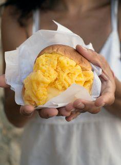 In Amerika eten ze ijs tussen twee koekjes, wij gaan meestal voor een hoorntje of bakje en Italië bestellen ze hun geliefdegelato op een briochebroodje. Ook Nigella Lawson is hier dol op. Ja, dit wíl je proeven! Ophet eerste gezicht lijkt de combinatie gek: ijs eet je op een hoorntje of uit een bakje, maar …